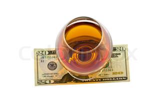top down-overblik over glas af alkohol og penge