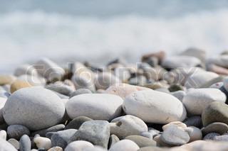 rullesten på en strand.