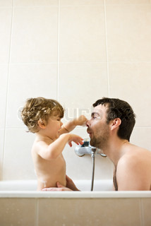 ©Sandro Di Carlo Darsa/AltoPress/Maxppp ; Father and toddler son playing together in the bath