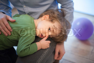 ©Sandro Di Carlo Darsa/AltoPress/Maxppp ; Toddler boy resting head on father's lap