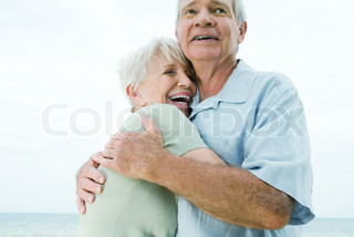 ©Laurence Mouton/AltoPress/Maxppp ; Senior couple hugging, woman laughing, low angle view