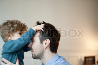 ©Sandro Di Carlo Darsa/AltoPress/Maxppp ; Toddler boy playing with father's hair