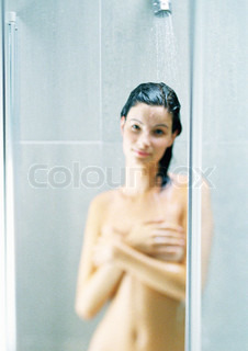 ©Frédéric Cirou/AltoPress/Maxppp ; Woman taking shower, covering breasts