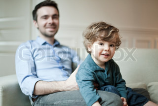 ©Sandro Di Carlo Darsa/AltoPress/Maxppp ; Toddler boy and father sitting on couch