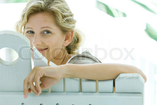 ©Odilon Dimier/AltoPress/Maxppp ; Woman looking over back of bench at camera, smiling