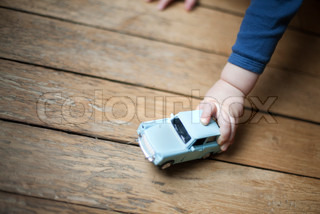 ©Sandro Di Carlo Darsa/AltoPress/Maxppp ; Child's hand holding toy car