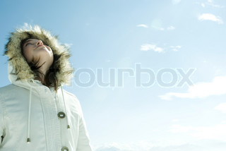 ©Laurence Mouton/AltoPress/Maxppp ; Teen girl wearing parka, looking up at sky