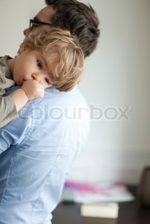 ©Sandro Di Carlo Darsa/AltoPress/Maxppp ; Toddler boy resting head on father's shoudler