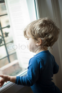 ©Sandro Di Carlo Darsa/AltoPress/Maxppp ; Toddler boy looking out window