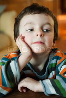 ©Jérôme Gorin/AltoPress/Maxppp ; Little boy sitting with hand under chin, looking away in thought