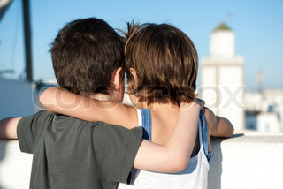 ©Jérôme Gorin/AltoPress/Maxppp ; Young siblings with arms around each other's shoulders, rear view
