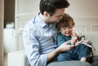 ©Sandro Di Carlo Darsa/AltoPress/Maxppp ; Father and young son playing on couch