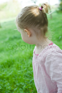 ©Jérôme Gorin/AltoPress/Maxppp ; Toddler girl outdoors, looking over shoulder