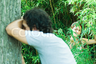 ©Michèle Constantini/AltoPress/Maxppp ; Couple playing hide and seek together