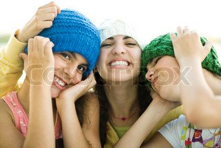 ©Laurence Mouton/AltoPress/Maxppp ; Three young female friends wearing knit hats, smiling