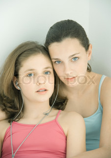 ©Laurence Mouton/AltoPress/Maxppp ; Two preteen girls sharing earphones