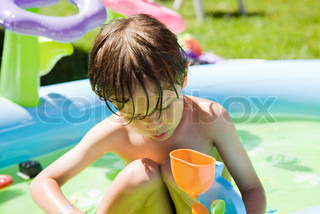 ©Frédéric Cirou/AltoPress/Maxppp ; Little boy playing with toys in wading pool