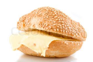 Sesam Brötchen mit Käse, die isoliert auf weißem Hintergrund