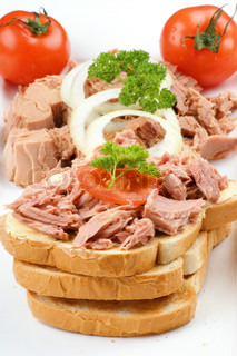 Tuna toast with tomato, parsley and onion rings