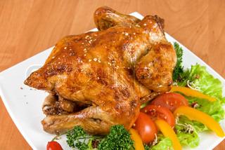 ristet kylling garneret med friske tomater , grøn salat , peber og greens