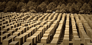 Das Holocaust-Denkmal in Berlin , Deutschland mit Betonsteinen in verschiedenen Höhen.