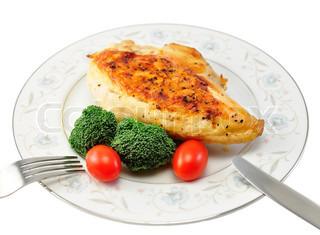Gegrillte Hühnerbrust auf einem Teller mit frischem Gemüse