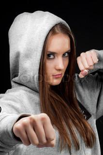 schönen braunen Haaren Kämpfer Mädchen auf schwarzem Hintergrund