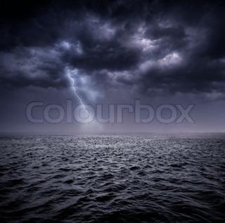 Mørke stormfulde skyer over havet