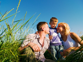 lykkelig familie have det sjovt udendørs