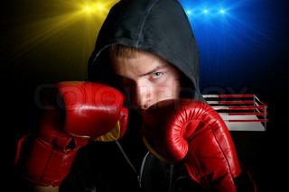 Junge Boxer mit Ring-Hintergrund