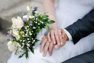 Braut und Bräutigam die Hände mit Trauringe