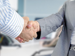 Closeup von Geschäftsleuten und Geschäftsfrau, die Hände schütteln.