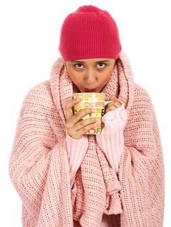 Pige med feber drikke en kop kaffe til at varme sig