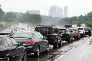 En travl overbelastede motorvej i myldretiden lige udenfor cityDrivers utålmodigt venter i trafikken i det dårlige regnvejr