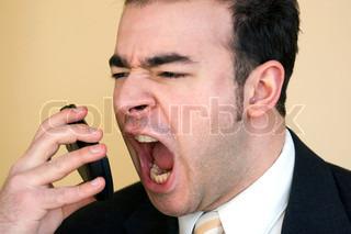 Ein Geschäftsmann ist wütend schreit in sein Handy