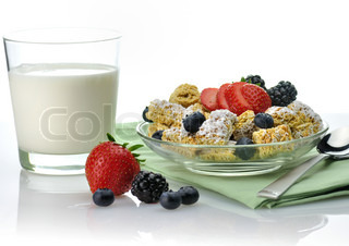 healthy breakfast,Shredded Wheat Cereal with fruits and berries