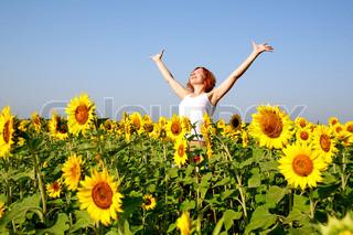 kvinde i skønhed mark med solsikker