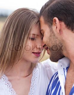 Schönes Bild eines Paares in der Liebe auf den Park