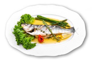 Fisk på en tallerken med salat og asparges