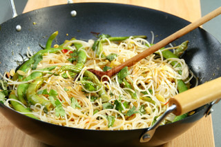 Preparation of rice noodles with vegetables in spicy sauce