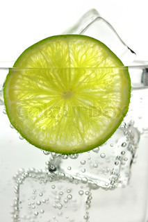 iced drink med citron , close up