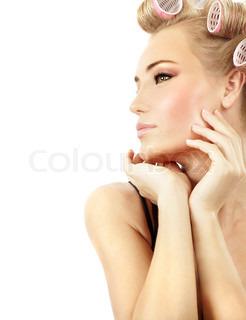 Stilfuld pige portræt med mode makeup og hår curlere , isoleret på hvid baggrund , hår og skønhed behandling koncept