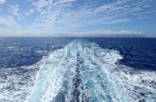 Vågn fra bagsiden af en hurtigfærge båd