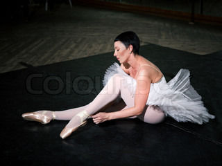 The ballerina on pointes, rehearsal in a ballet class