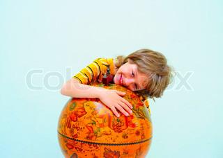 Teen Hugging Old Fashioned Globe Against hellgrünen Hintergrund