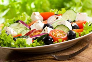 salat med grøntsager og greens