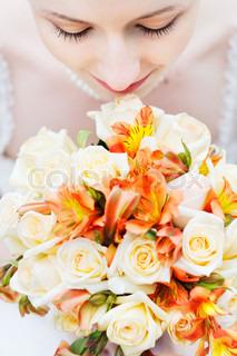 Bride holde smukke orange bryllup blomster buket