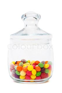 Candy in einem Glas auf weißem Hintergrund
