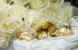 Sovende engel på en baggrund af hvide roser