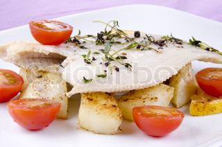 frisk stegt rødspætte med ristede kartofler og tomater